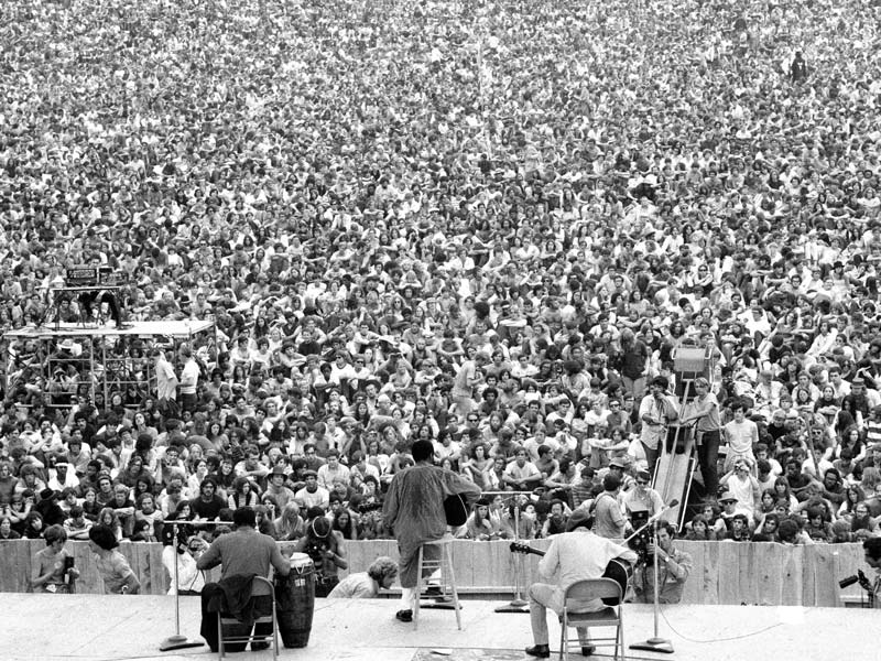 Richie Havens wows the world when he opens the Woodstock Festival with his Guild D-40. The D-40 and D-50 go on to become mainstays in the Guild line.